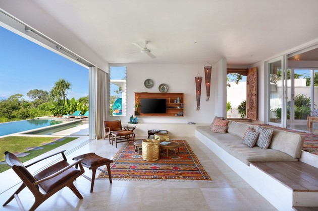 indoor-and-outdoor-rooms-are-created-around-kilim-rugs- (4)