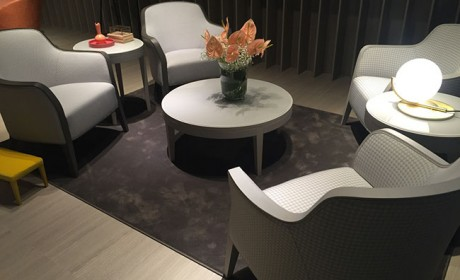 تزیین میز وسط مبلمان در اتاق نشیمن به روش بسیار ساده و شیک