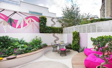 دکور حیاط کوچک با مبلمان ساده و باغچه های بسیار زیبا و کمجا
