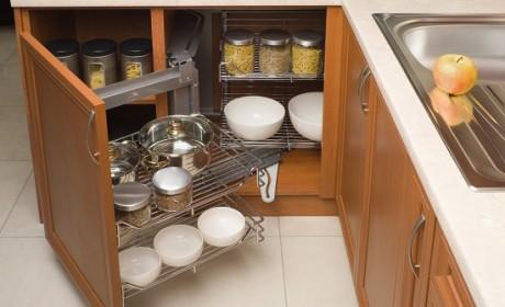 قفسه بندی داخل کابینت آشپزخانه به شیوه ای کاربردی و زیبا