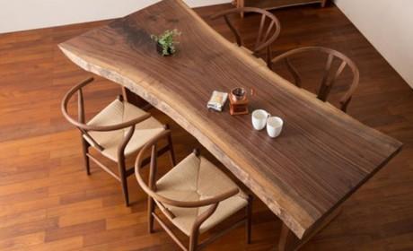 میز ناهارخوری چوبی با طراحی ساده اما بسیار شیک و کم جا
