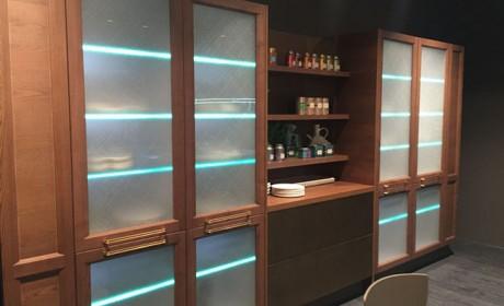 انواع مختلف کابینت شیشه ایی و نحوه تزیین آشپزخانه با آنها