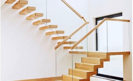 مدل راه پله شیک ساخته شده با چوب و شیشه مناسب منازل دوبلکس