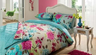 تزیین تخت خواب دو نفره با تم گل و گیاه و رنگ های جذاب