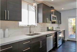 طراحی دکوراسیون آشپزخانه مدرن با کابینت های تیره رنگ / عکس