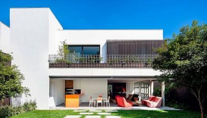 طراحی داخلی و خارجی منزل حیاط دار با دکوراسیونی مدرن و شاد