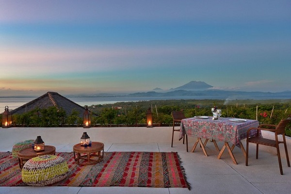 indoor-and-outdoor-rooms-are-created-around-kilim-rugs- (2)