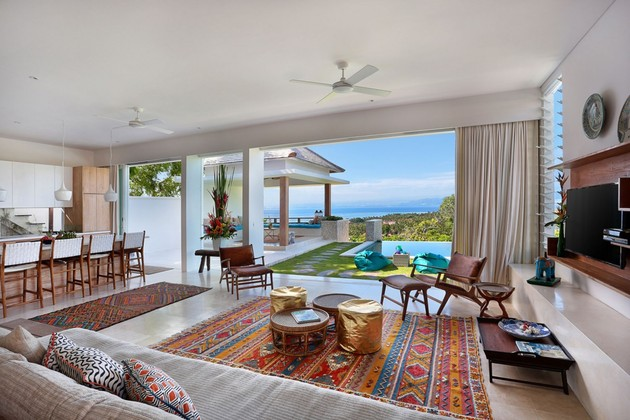 indoor-and-outdoor-rooms-are-created-around-kilim-rugs- (5)