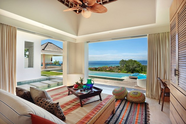 indoor-and-outdoor-rooms-are-created-around-kilim-rugs- (6)