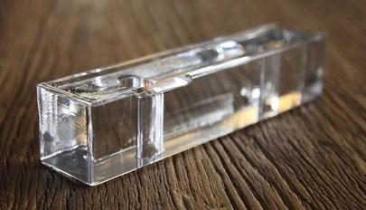 نمای شیشه ای ساختمان سه طبقه با استفاده از آجرهای شیشه ای